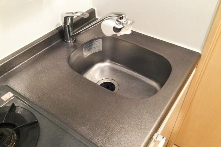 凹んでしまったステンレス製のキッチン天板も  →  特殊工法と研磨作業で交換不要