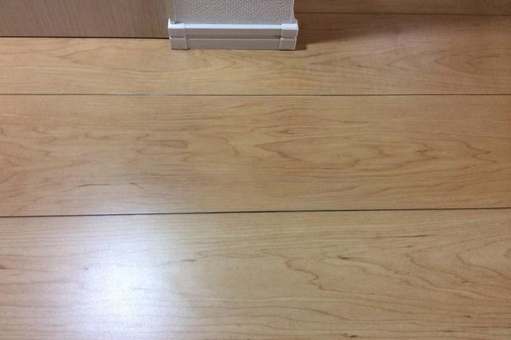 床材の強引な接合も  →  高硬度塗料と描画技法で高品質に修正