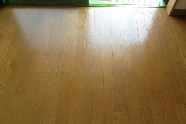 広範囲な床材の劣化も  →  樹脂パテと耐光性塗料で高耐久リペア